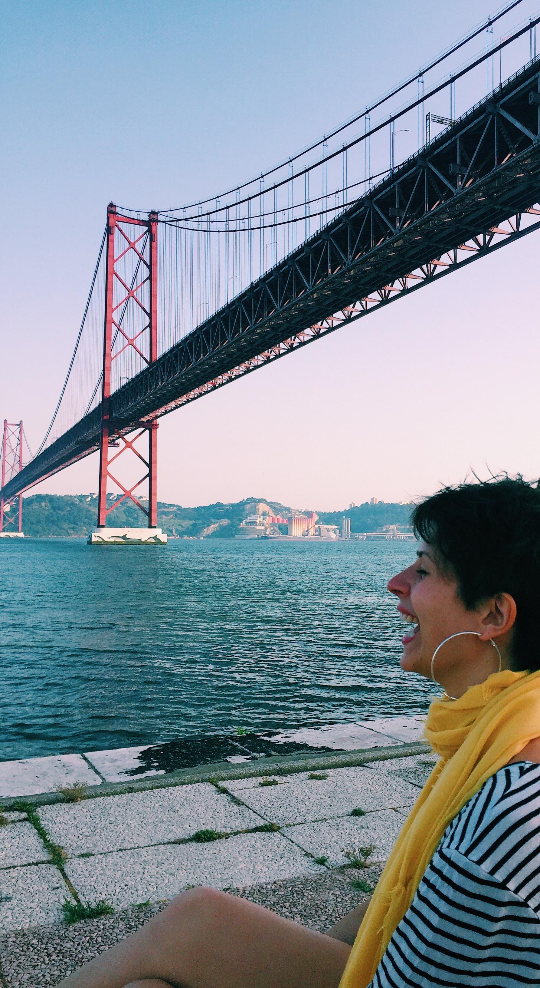 ragazza e ponte di Lisbona