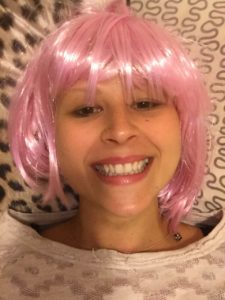 ragazza e parrucca rosa