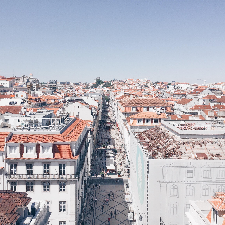 Strada e tetti visti dall'alto