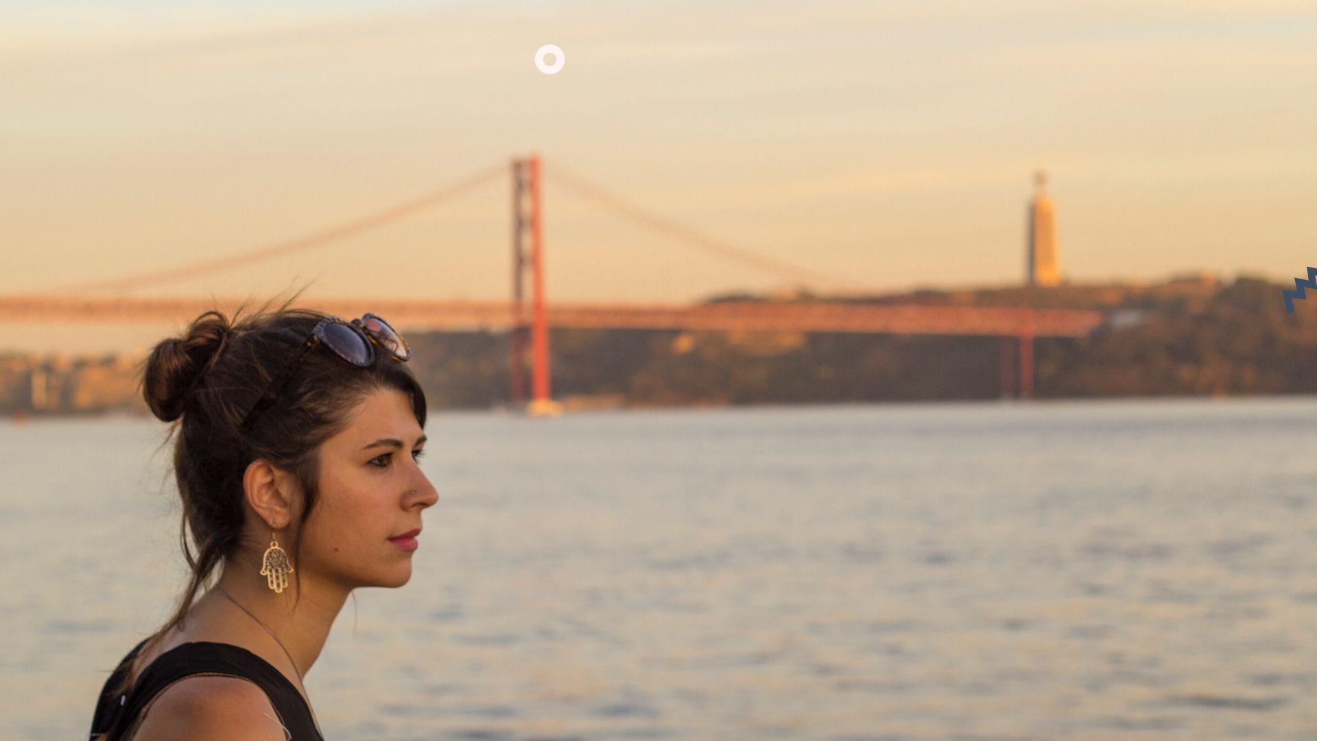 Trasferirsi all'estero-ragazza-ponte-fiume