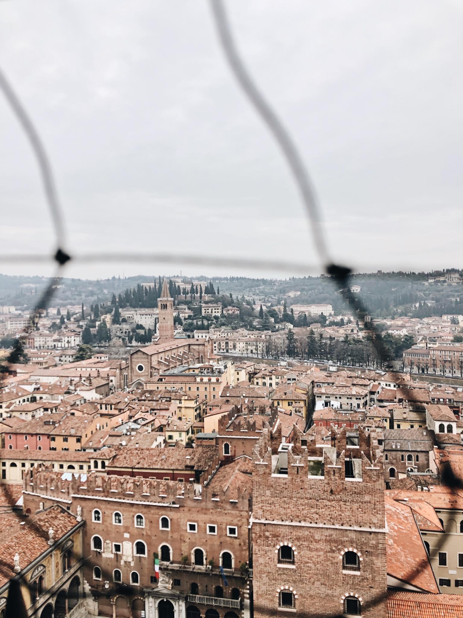 verona vista dall'alto con chiese monumenti