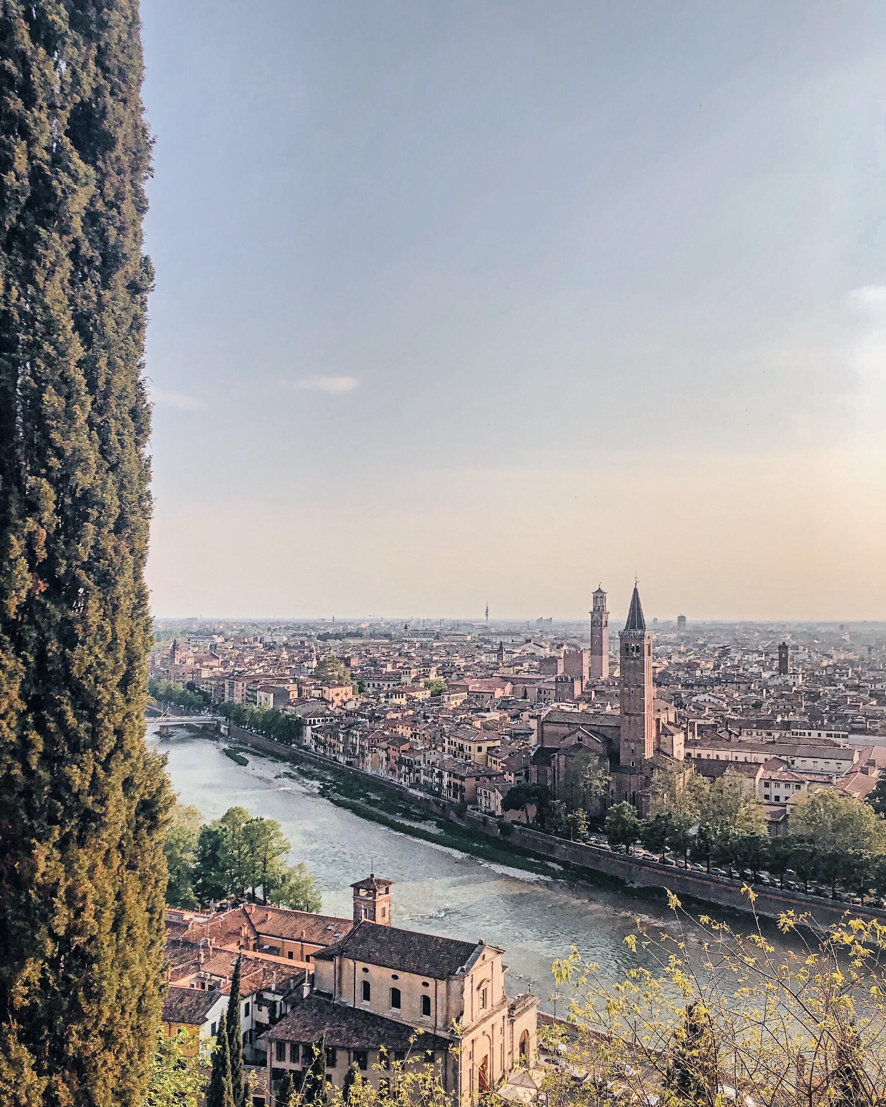 fiume e vista città