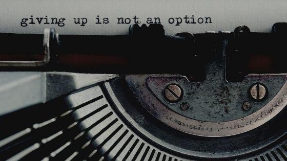macchina da scrivere e foglio