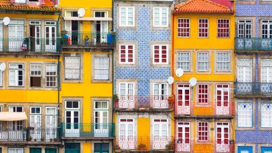 Palazzi di Lisbona con azulejos colorati