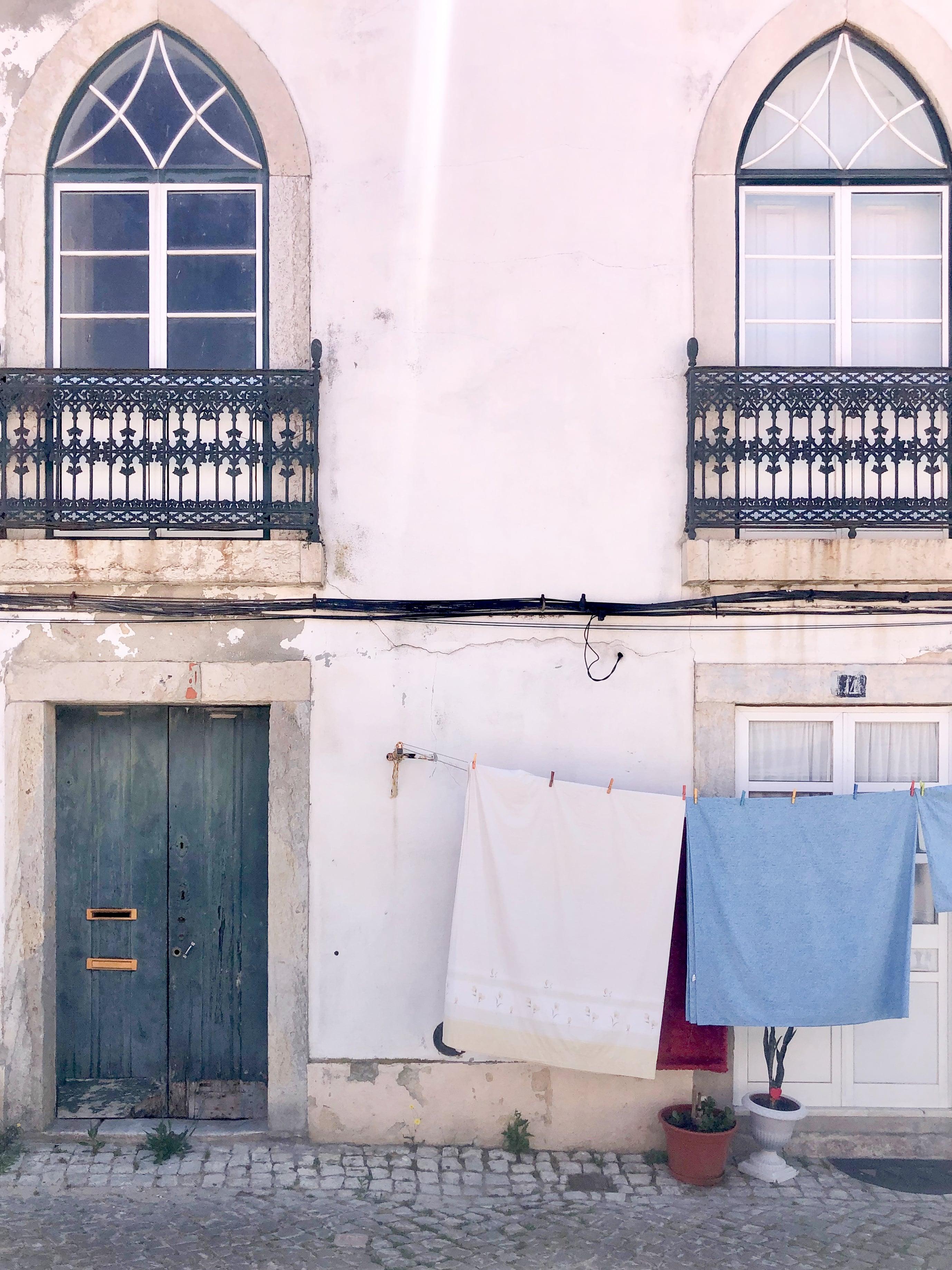 porta e tre finestre con panni stesi
