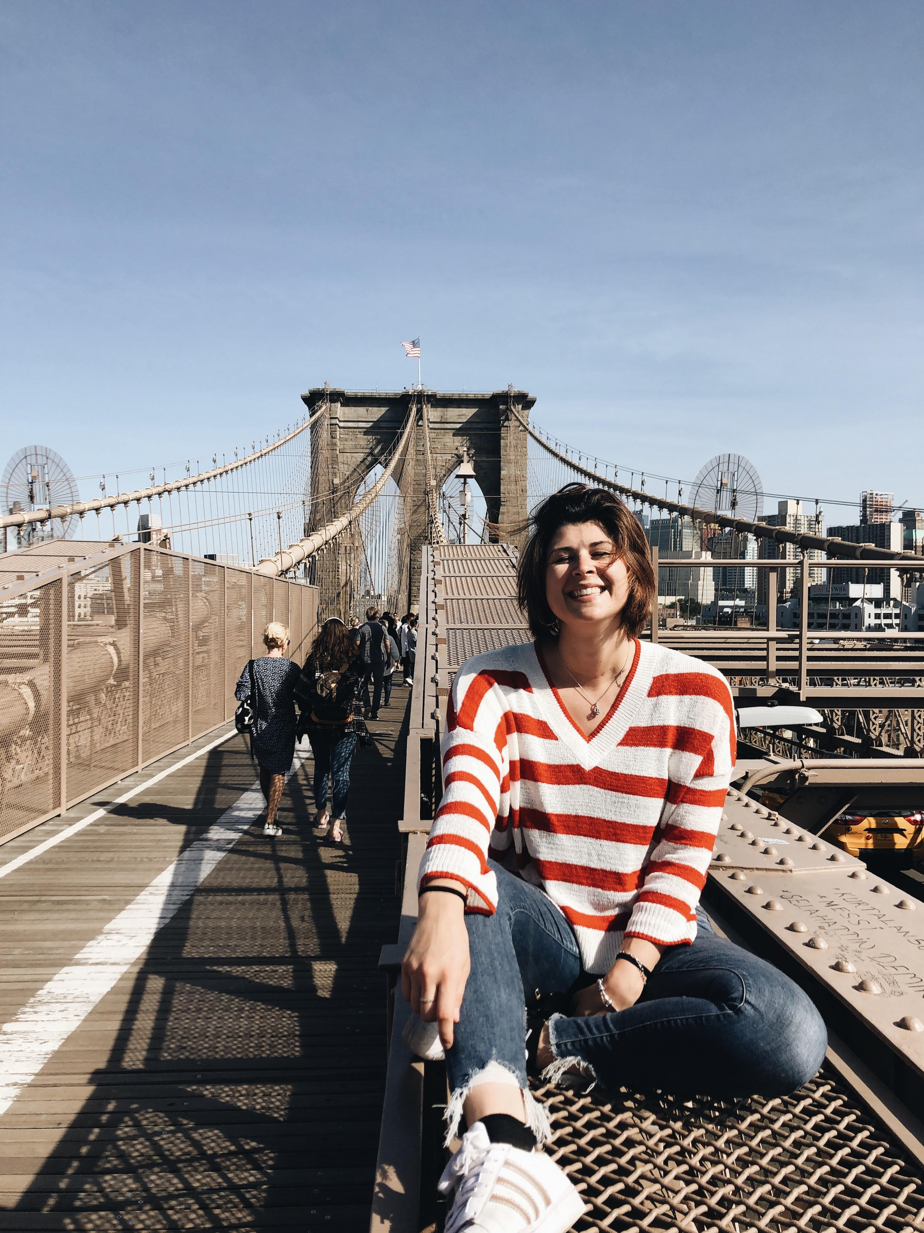 ragazza su brooklyn bridge di new york