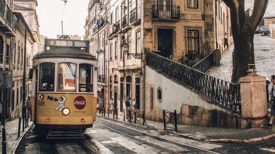 Tram giallo a Lisbona