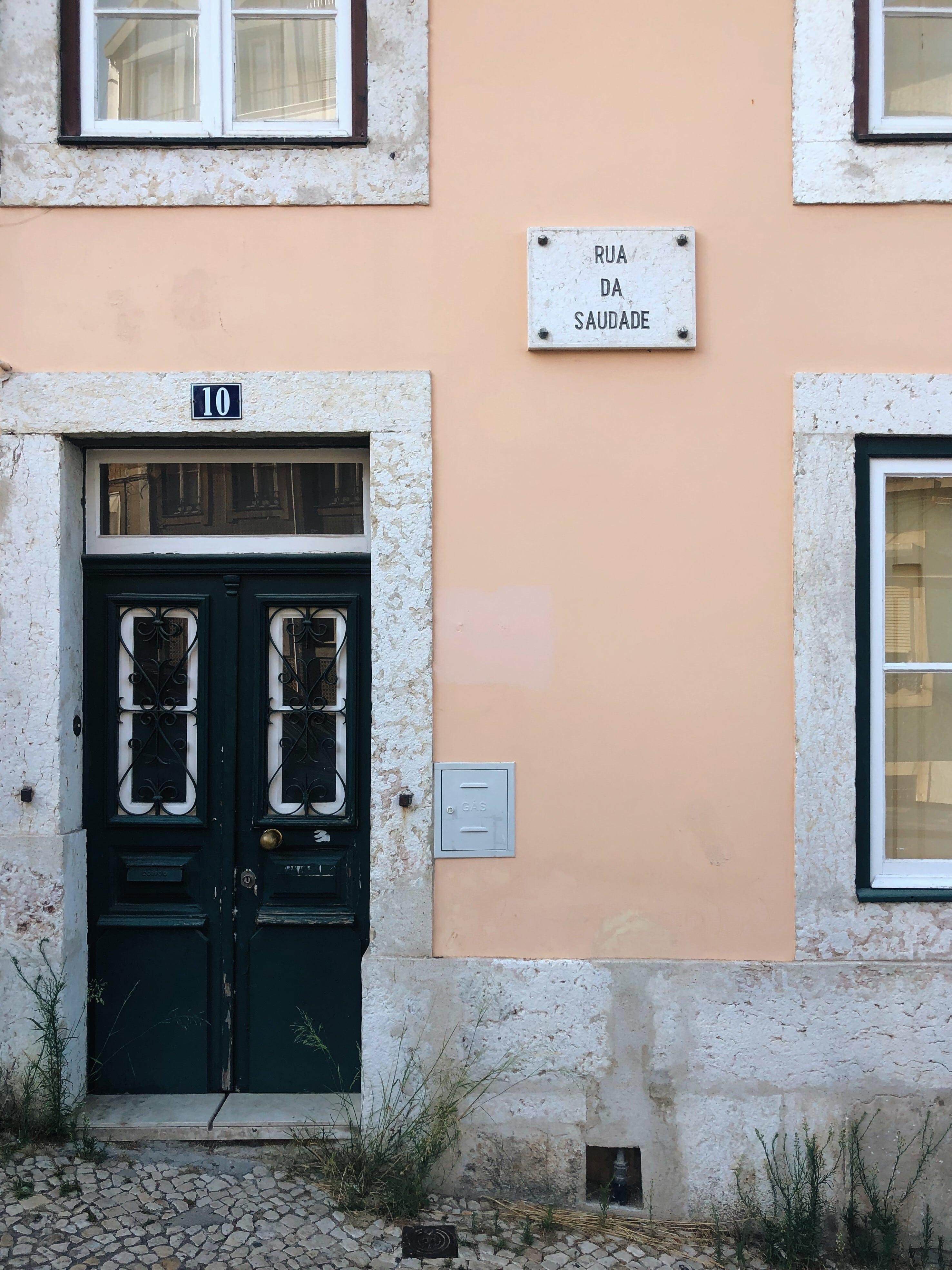 Casa di Lisbona con porta piccola