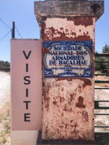 cartello di entrata e targa portoghese