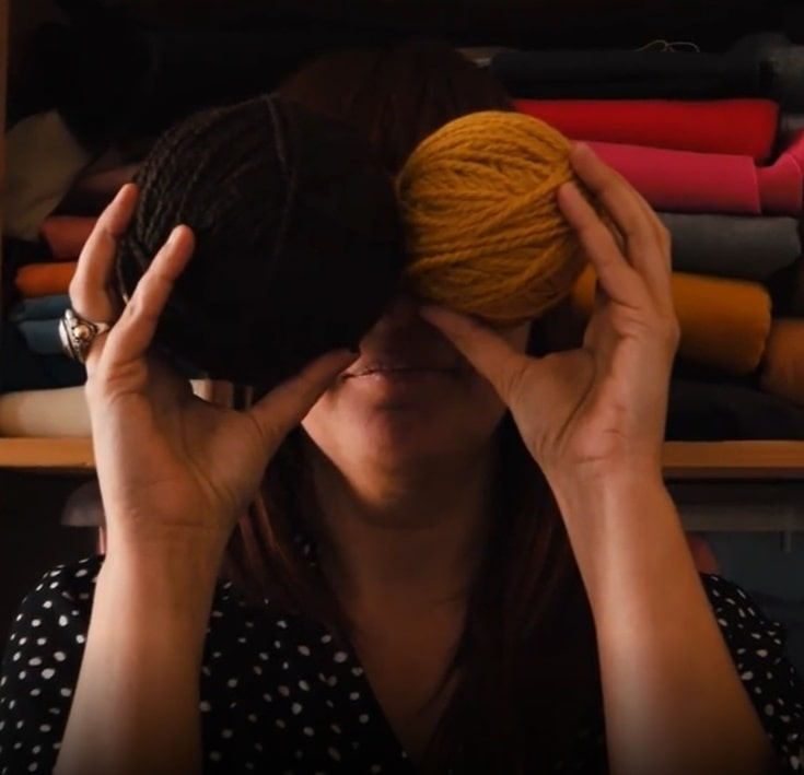 donna con gomitoli di cotone