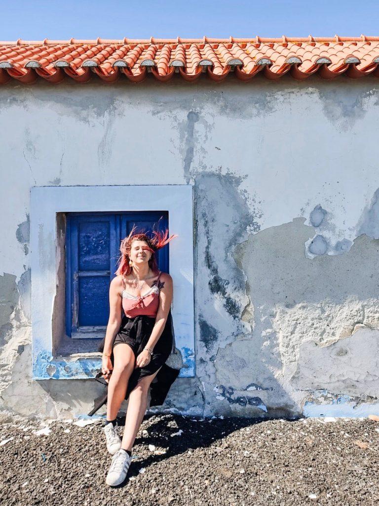 ragazza sedua su davanzale di una finestra