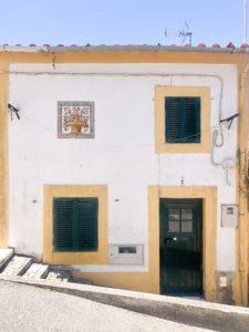 casa bianca e gialla