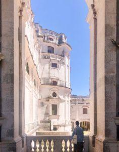 vista da una finestra su antico convento