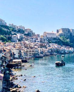 paese costruito su roccia con mare al di sotto