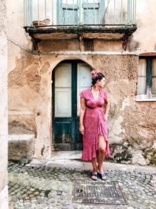 ragazza davanti ad una porta con roccia