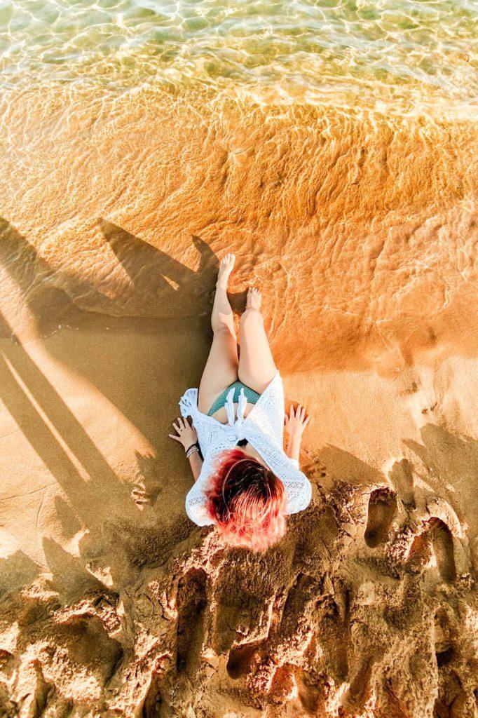 ragazza vista dall'alto in spiaggia in calabria in riva al mare