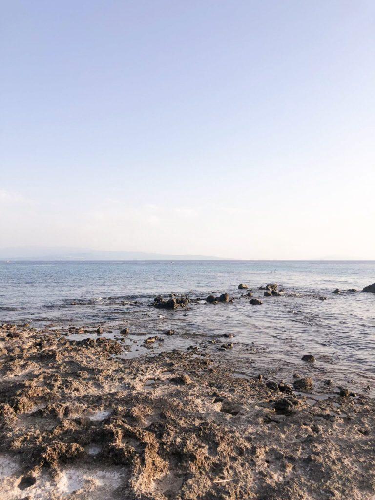 mare con scogli, spiaggia della calabria