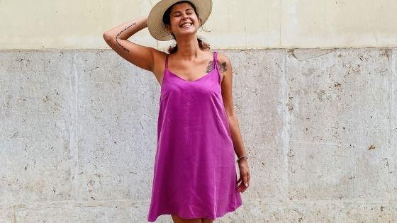 ragazza che indossa vestito rosa a Lisbona