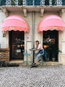 Ragazza seduta davanti ad Amelia cafè Lisbona
