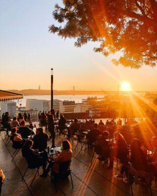 Foto senza nessun senso logico ma poi alla fine chissenefrega, a volte abbiamo solo bisogno di cose belle, come un tramonto. . . . . . . #visitlisboa #visitinglisbon #feliceadesso