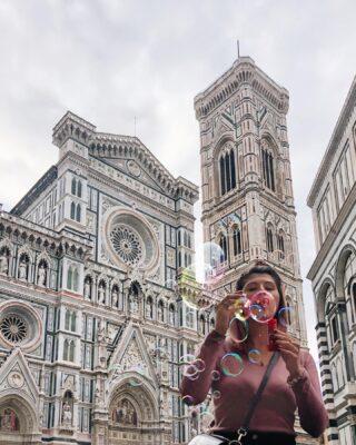 """{La prima volta a Firenze non si scorda mai} ✨ É iniziato tutto per caso qualche settimana fa, quando con un messaggio @unasardatralenuvole mi diceva di aver comprato un biglietto per Firenze, per stare un po' con @noncieromaistata . Vieni anche tu? Si. Perché il caso non esiste, ma io sarò in Italia in quel periodo. Un susseguirsi di storie e intrecci, con @leavventuredienne che dice che ci avrebbe raggiunto insieme a @thewombmoonspace e @ericazetatravel ! Poi @sharon.neshika e @whereisollyy con un sacco di sorprese! Non ho avuto molto tempo, sono stata con il naso all'insù, a guardarmi attorno, ho quasi pianto quanto ho visto piazza del duomo e ho riso di gusto mentre facevo le bolle di sapone. Le città sono belle anche per le sensazioni che lasciano e i ricordi che ci legano, Firenze é stata breve ma intensa ma mi ricorderà per sempre questa giornata. Del potere delle risate. Delle parole. Gli incontri. Quei come stai, mai chiesti per caso. Ah, e quei """"ma vi va di mangiare ancora"""". Il potere di Instagram é bellissimo, far incontrare anime simili in una delle città più belle del mondo. Vi auguro che succeda anche a voi di sentirvi così a fine giornata. Grata ✨ . . . . . . . #feliceadesso #visitfirenze #visittuscany"""